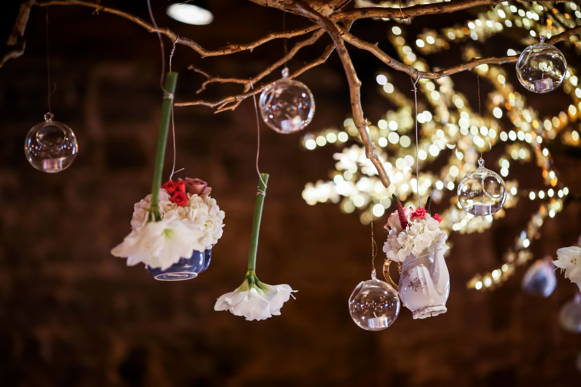 alain simon fleurs throwing petals details wedding montreal photographer planning creations maryse noel vielle brasserie alice wonderland tree hanging tea cups